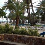 El hotel cuenta con varias zonas de paso y dos piscinas ubicadas al frente de la playa.