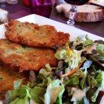 les rapées servies avec de la salade
