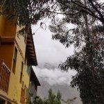 Las habitaciones dan a la orilla del río y frente a la montaña