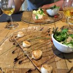 Galette avec noix de saint-jacques et celle avec la mousse saumon dans le fond