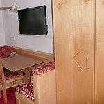Komfortable Sitzecke, TV u. geräumiger Schrank