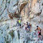 Montserrat ofrece la posibilidad de realizar rutas de senderismo y actividades al aire libre.