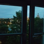 Blick aus dem Fenster zur Dämmerung