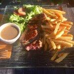 Tartare de bœuf et faux-filet de bœuf frites salade