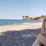 Στην παραλία ακριβώς μπροστά από το ξεδοχείο