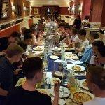 40 chicos saboreando las pizzas