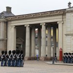 Foto de Changing of her Majesty's guard at Amalienborg Castle