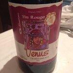 Vin rouge servi à table