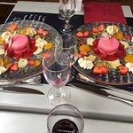 Macaron sorbet framboises , fraises et framboises au coulis de mangue .