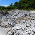 白い石の山