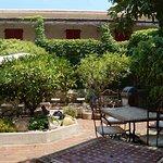 chambres avec terrasse vues du jardin de l'hôtel
