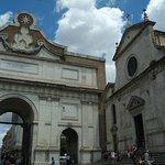 Iglesia y puerta Popolo