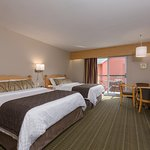 Chambre régulière à 2 lits queen. Beaucoup de commodités et excellent confort à prix abordable.