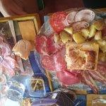Assiette de Pont l'évêque au four et charcuteries locales coupées à la minute
