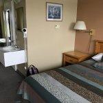 Chambre avec deux lits - les lits sont séparés par la salle de bain