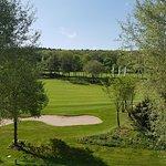 Blick auf die Bahn 1 des Golfplatzes vom Hotel aus