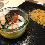 Misto di pesce cotto nel vaso con cous cous integrale alle verdure