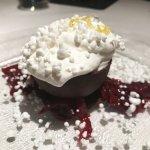 Nuvola di cocco con amarene e cioccolato salato