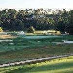 Le Golf avec le putting green et l'arrivée du 9 en plein arrosage