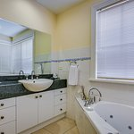 Ensuite woodfire & spa cottage
