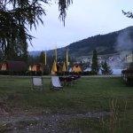 Morgens bzw. Abends (Panoramabild) auf dem Camping: Sanitärgebäude, Stellplätze oberhalb der Rez