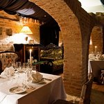 An intimate side chamber with its medieval vaults is the perfect place for a romantic rendez-vou