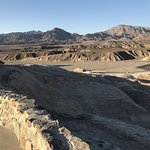 Vue depuis Zabriskie Point vers le parking. Attention, grands vents !
