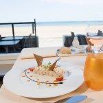 Plat au restaurant face à la mer