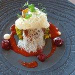 Médaillon de porc d'Auvergne rôti au pin, brunoise de poivrons, coulis de paprika aux griottes,