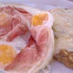 uova fritte con pancetta e con polenta taragna con formaggio