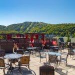 Notre terrasse avec vue panoramique sur la montagne et le golf