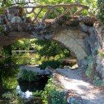 Pont en lianes de style Gothique ,en faux bois (une sorte de béton ornementé), de fer forgé