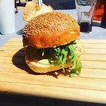 Burger Saumon, accompagné de frites fraiches maison