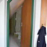 Das schräge Bad. Dusche hinter dem Klo.