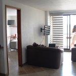 Una sala de estar en la suite 9. muy comoda amplia me sentí en casa...