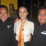 Victor León y Uriel Tinoco (meseros) e Itzel Ramírez (Hostess) en el elegante Don Quijote