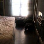 Espace dispo dans la chambre (à gauche, le lit ; à droite, la salle de bain)