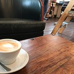 Uriges kleines Café in einer Buchhandlung. Der Cappuccino ist ein Gedicht...