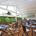 la terrasse couverte du restaurant les Voyageurs en Dordogne a la Coquille