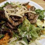 Frischer Salat mit zarten Rinderstreifen