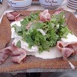 crêpe au bacon,fromage de chèvre,salade