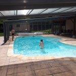 Avant le repas, une piscine est disponible pour les clients de l'hôtel restaurant.