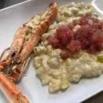 Gnocchi con salsa di ricotta, tartare di tonno e scampi