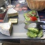 Le plateau fromage avec un seul fromage 😂une vieille salade et le fromage qui beigne dans la vi