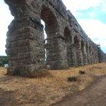 Visão Geral do aqueduto com arcos altos.