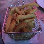 frites services avec le cheese burger