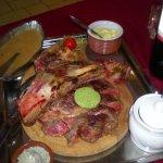 super côte à l'os avec le sel, la béarnaise et la sauce au poivre tout compris