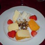 une assiette de fromages copieuse