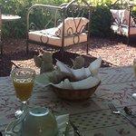 Petit déjeuné servi dans le jardin-terrasse