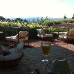 Petit déjeuné servi dans le jardin-terrasse avec vue sur les montagnes